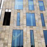 """Tarpgaard har nu lukket hus på 2400 m2 facade og 600 m2 ovenlys med vores nye """"Tarpgaard helvægs system"""". Fordele: hurtig montage = kortere byggeperiode. Lav pris i forhold til andre lignende systemer."""
